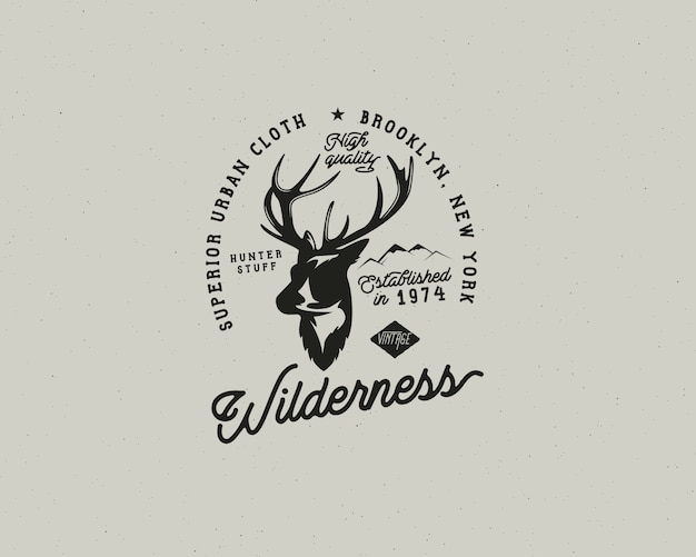 Hand gezeichnetes weinlesecampingabzeichen und wanderetikett mit wandernden designelementen und typografie. inklusive hirschkopf, berge und zitattext-wildnis. patch im alten stil. rustikale patchvorlage