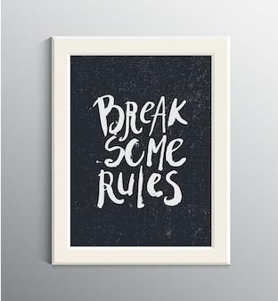 Hand gezeichnetes zitat der grunge-tinte im weißen rahmen an der wand. einige regeln brechen. inspirierendes zitat, satz, t-shirt druck. beschriftung