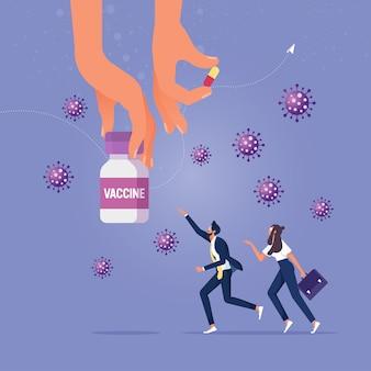Hand hält covid-19 pille oder impfstoff und menschen laufen versuchen, nach der behandlung mit viren zu greifen