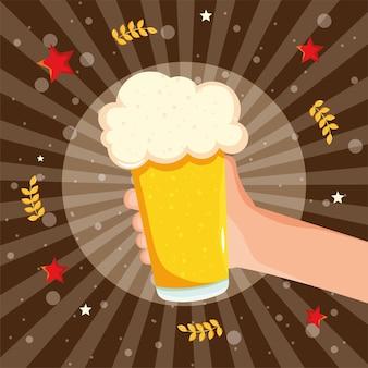 Hand hält ein glas bier