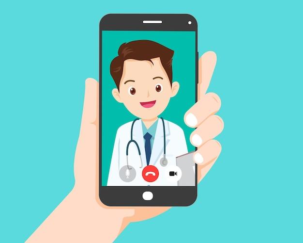 Hand hält smartphone mit älteren menschen auf dem bildschirm. videoanruf mit großeltern oder alternden eltern.