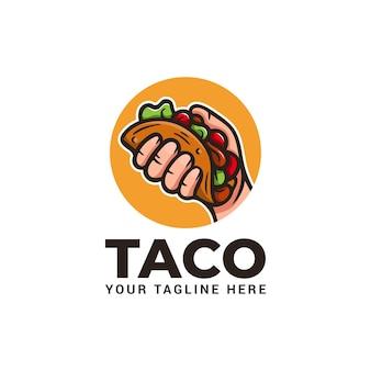 Hand hält taco