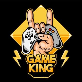 Hand of game king, der den modernen gamepad-joystick-gamecontroller für das spielen von videospielen und das zeigen von rockzeichen hält.