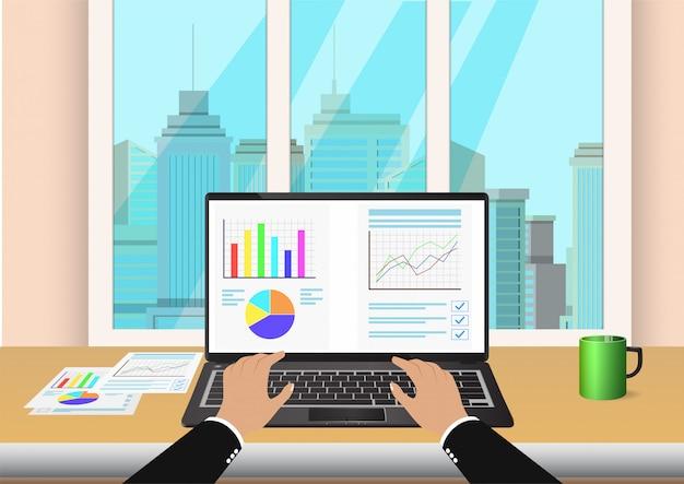 Hand tippen auf tastatur mit tabellenkalkulation auf laptop-monitor