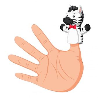Hand trägt eine zebra-fingerpuppe am daumen