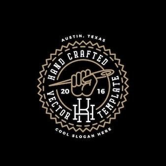 Handgefertigte retro-logo-vorlage. faust mit nadelsymbol, faden und vintage typografie.
