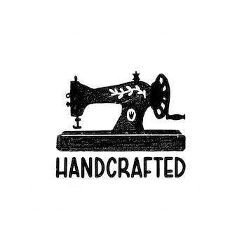 Handgefertigtes symbol oder logo. weinlese-stempelikone mit einer retro-nähmaschine und handgefertigt
