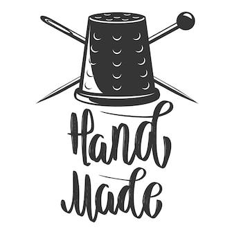 Handgemacht. emblem mit fingerhut und gekreuzten nadeln. element für logo, etikett, emblem, zeichen. bild