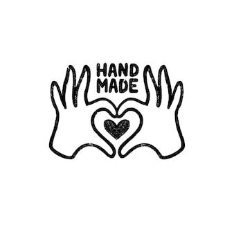 Handgemachtes symbol oder logo. weinlesestempelikone mit hand- und herzbild und handgemachter beschriftung. weinleseillustration für fahne und etikett