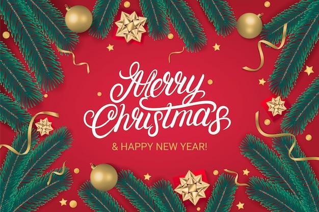 Handgeschriebener beschriftungstext der frohen weihnachten mit goldenen weihnachtsbällen, weihnachtsbaumaste, geschenke. roter hintergrund. realistischer stil. vektor-illustration