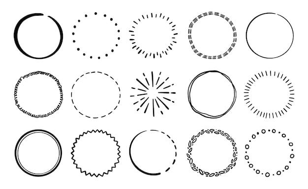 Handgezeichnete kreislinie abzeichen-set. rustikales, grunge-stil-kreis-abzeichen für rahmen, etikett, burst-grenze. vektor-illustration. gezeichnete pinselkritzellinie.