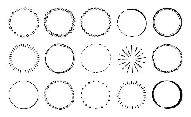 Handgezeichnete kreislinie abzeichen-set. rustikales kreisabzeichen im grunge-stil für rahmen, label, burst-grenze. vektor-illustration. gezeichnete pinselkritzellinie.