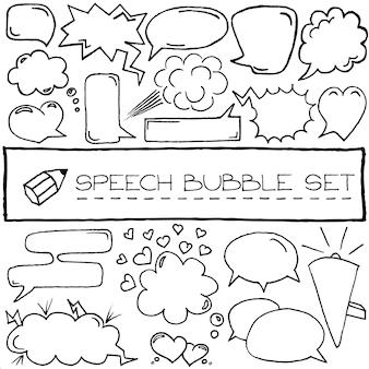 Handgezeichnete sprechblasen mit herzen und wolken. vektor-illustration.