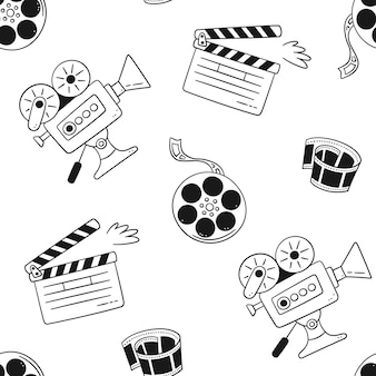 Handgezeichnetes kino nahtlose muster mit filmkamera, filmklappe, kinorolle und band. vektor-illustration im doodle-stil auf weißem hintergrund.