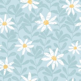 Handgezeichnetes nahtloses vektormuster mit kamillenblüten und blättern weißes gänseblümchen auf blauem colo