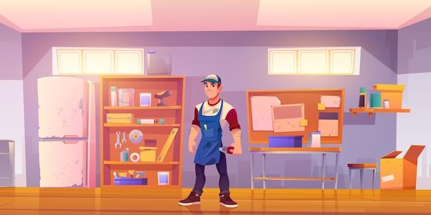 Handwerker in der garage mit ausrüstung für die tischlerei
