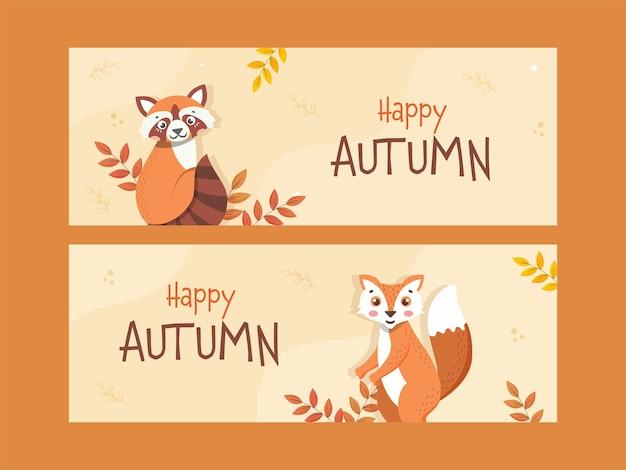 Happy autumn banner oder header design set mit cartoon waschbär, fuchs und blätter auf pastellgelbem hintergrund.