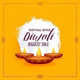 Happy diwali gruß design-vorlage mit drei diya lampen auf gelbem hintergrund