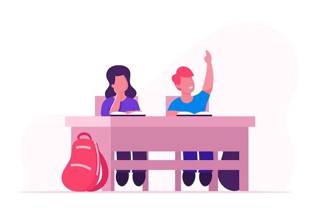Happy school kids jungen und mädchen sitzen am schreibtisch im klassenzimmer studieren. karikatur flache illustration