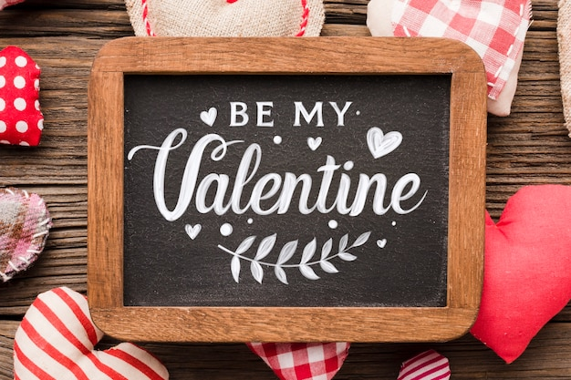 Happy valentinstag schriftzug auf tafel