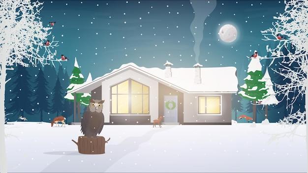 Haus in einem verschneiten nadelwald