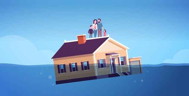 Haus mit der familie, die im wassergrundbesitz-wohnungskrisengeschäft des hypothekenzins-konkurskonzeptes sinkt eltern und kinder, die mit haupthorizontaler in voller länge schwimmen