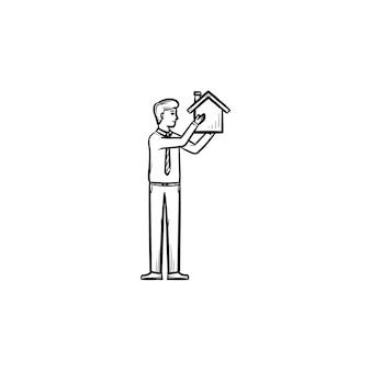 Hauskonstrukteur handgezeichnete umriss-doodle-symbol. konstruktor bringt haus in waffen als immobilienbaukonzept. vektorskizzenillustration für print, web und infografiken auf weißem hintergrund.
