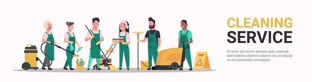 Hausmeister team reinigungsservice männlich weiblich mix race reiniger in uniform in zusammenarbeit mit professioneller ausrüstung