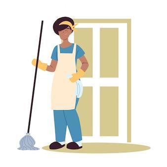 Hauswirtschaftsfrau, die hausreinigungsarbeit tut