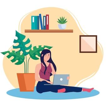 Heimarbeit, freiberufliche frau, die im boden sitzt und von zu hause aus in entspanntem tempo und bequemem arbeitsplatz arbeitet