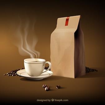 Heiße Kaffeetasse mit Kaffeebohnen und Papiertüte