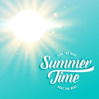 Heißer sonniger sommerhintergrund mit strahlen der hellen sonne