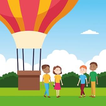 Heißluftballon und leute, die über landschaft stehen