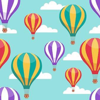 Heißluftballone der karikatur im nahtlosen muster des vektors des blauen himmels für flugreisekonzept