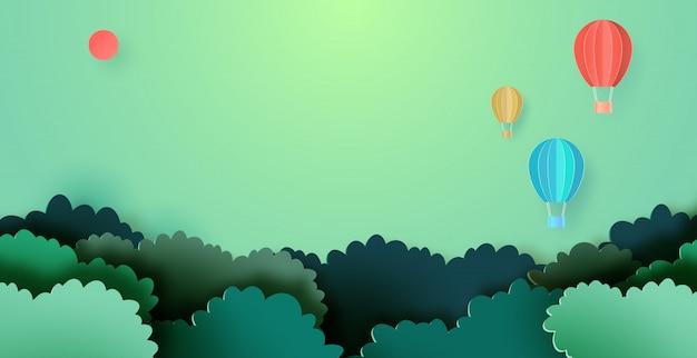 Heißluftballone, die auf waldnaturlandschaftshintergrundpapier-kunstart schwimmen.