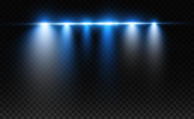 Hellblauer spezialeffekt. leuchtende helle streifen auf einem transparenten hintergrund.