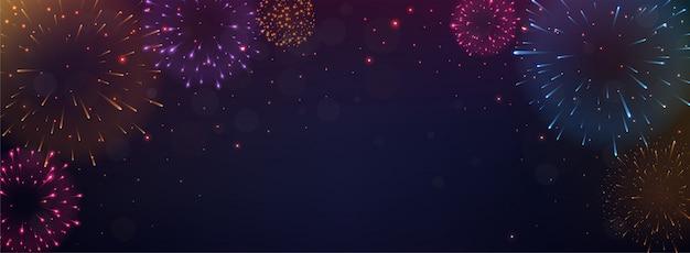 Helle bunte feuerwerke auf nachthintergrund