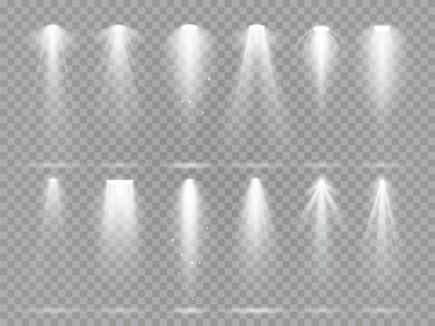 Helle lichtprojektorstrahlen auf theaterbühne.