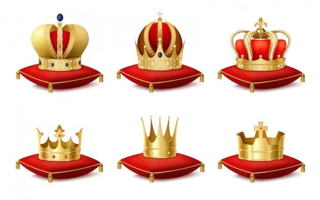 Heraldische königliche kronen auf realistischem satz der kissen