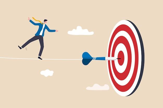Herausforderung, schwierigkeiten zu überwinden und geschäftsziele, risikomanagement oder strategie und geschick zum gewinnen und erfolgskonzept zu erreichen, geschickter geschäftsmannakrobat geht auf seil, um das ziel des bullseye-darts zu erreichen.