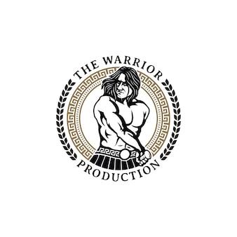 Herausnehmen eines schwertes, muskulöser mythos griechischer krieger, der bereit ist, krieg mit kreis-emblem-abzeichen-muster-rahmen-blattkranz-logo-design zu kämpfen