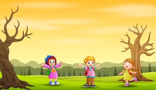 Herbstlandschaftshintergrund mit glücklichen kindern