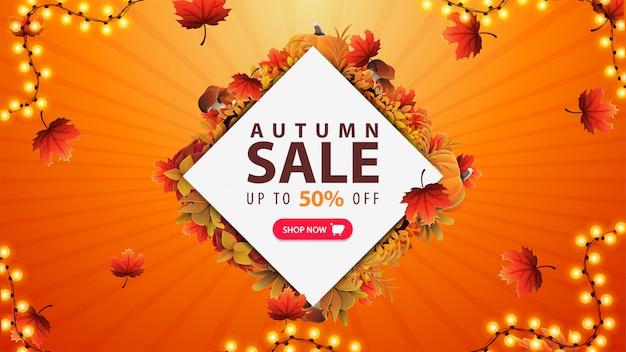 Herbstverkauf, bis zu 50% rabatt, orangefarbenes rabattbanner mit weißem rautenförmigem blatt aus herbstblättern, rosa knopf und girlandenrahmen