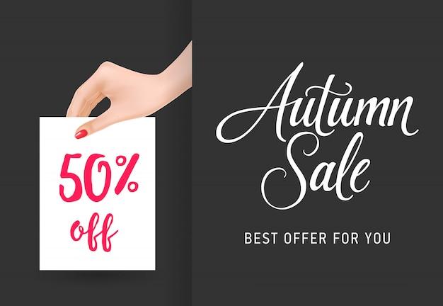 Herbstverkauf, fünfzig prozent weg von der beschriftung mit der frauenhand