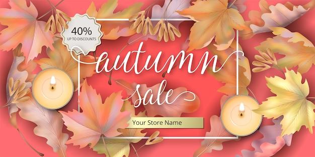 Herbstverkaufshintergrund mit gefallenen ahornblättern und kerzen.