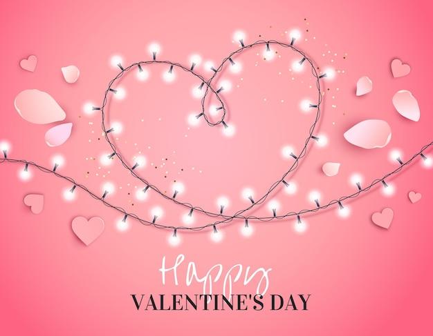 Herz von einer girlande mit den auf rosa isolierten blütenblättern
