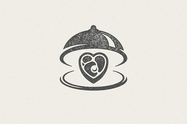 Herzform rindersteak silhouette serviert auf tablett mit offener cloche hand gezeichneten stempeleffekt