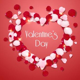 Herzform von rosa und roten realistischen rosafarbenen blumenblättern auf rotem hintergrund. valentinstagkarte mit blütenblättern und buchstaben