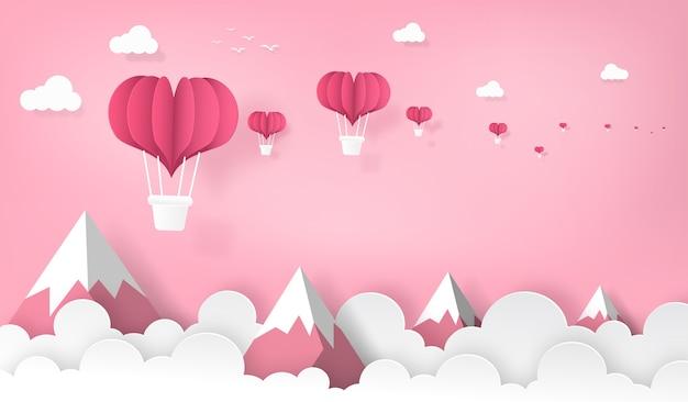 Herzformballone, die auf den berg und den himmel fliegen.