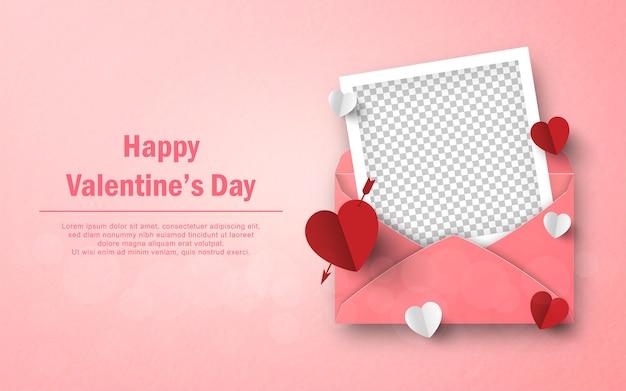 Herzformpapier und leerer fotorahmen mit umschlag happy valentine's day